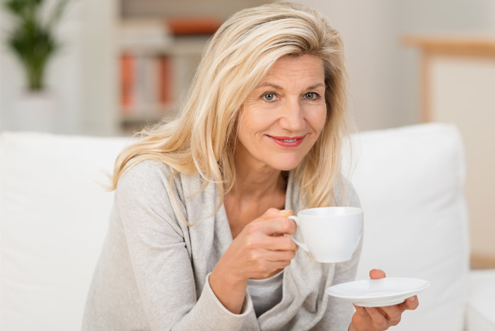 older woman drinking coffee alzheimer